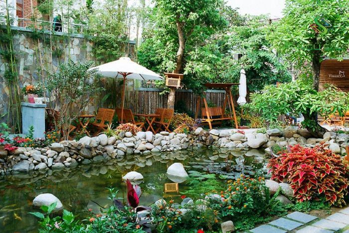 Sân vườn biệt thự với hồ cá koi