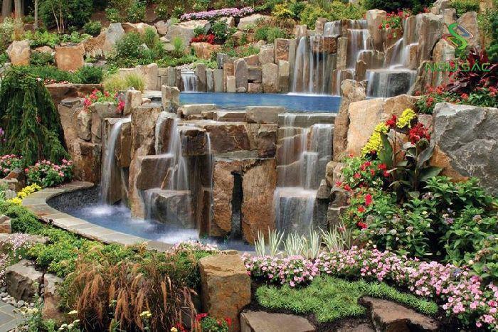 Thác nước trong sân vườn hiện đại
