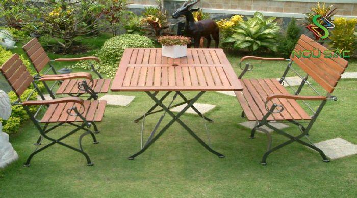 Bàn ghế gỗ trong sân vườn