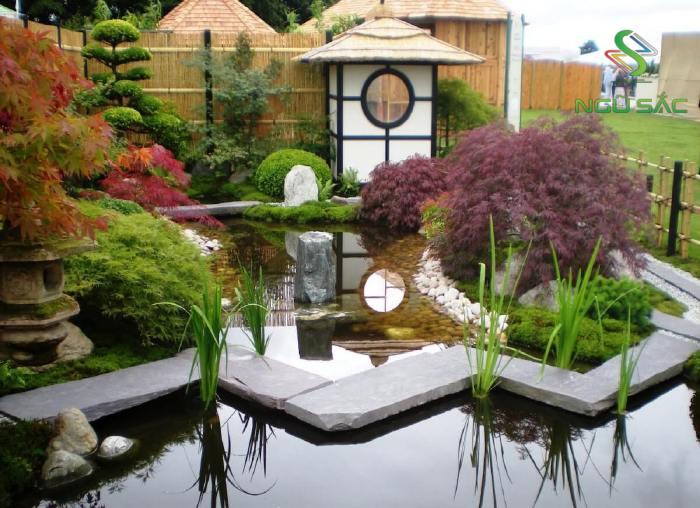 Sân vườn Nhật Bản với đèn đá