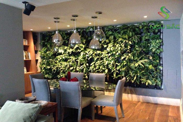Phòng ăn đẹp mắt với tường cây
