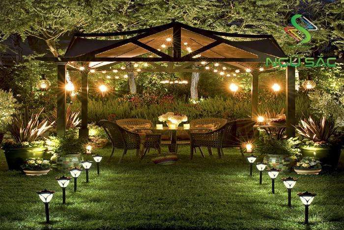 Trang trí sân vườn ngày Tết với các dây đèn