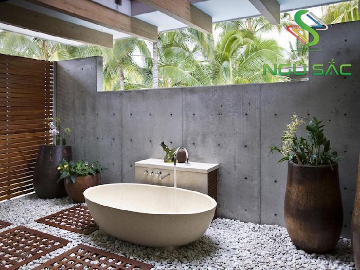 Bồn tắm ngoài trời với đá lát sang trọng