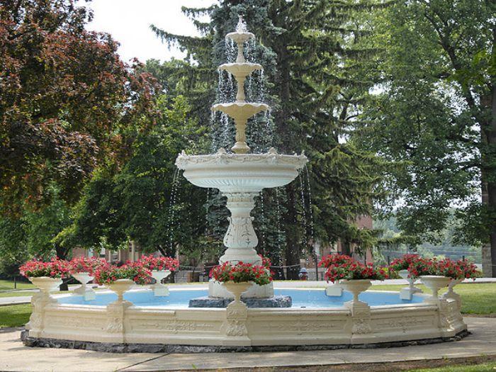Đài phun nước bằng bê tông lớn trong sân vườn