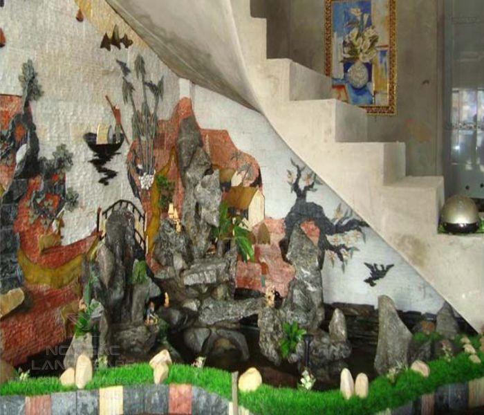 Thi công tranh tường đá dưới chân cầu thang