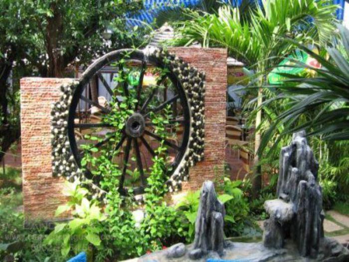 Trang trí quán cà phê sân vườn với bánh xe gỗ
