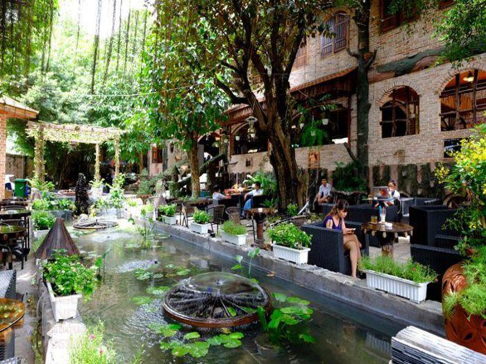 Quán cafe Huyền Thoại với khu vực hồ nước mát mẻ