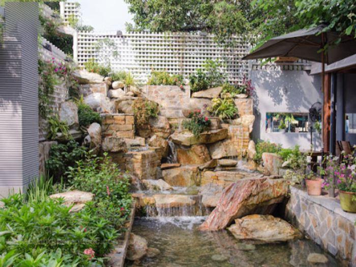 Quán cà phê sân vườn đẹp mắt với hòn non bộ