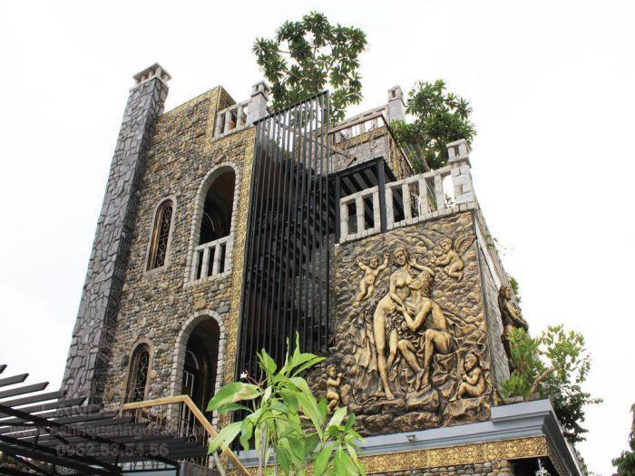 Kiến trúc Pháp cổ kính của quán Lâu Đài Đá
