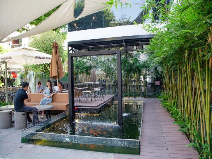 Quán cà phê sân vườn đẹp với thác nước hiện đại