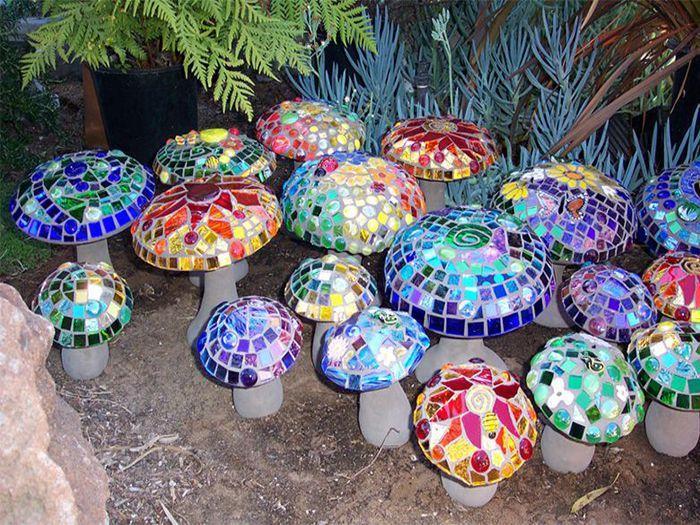 Các cây nấm nhiều màu sắc trang trí sân vườn