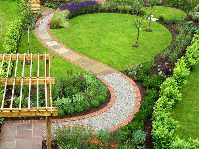 Thảm cỏ tạo ra mãng xanh mát mắt cho sân vườn