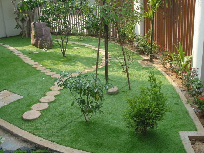Thảm cỏ xen kẻ với các lối đi sân vườn