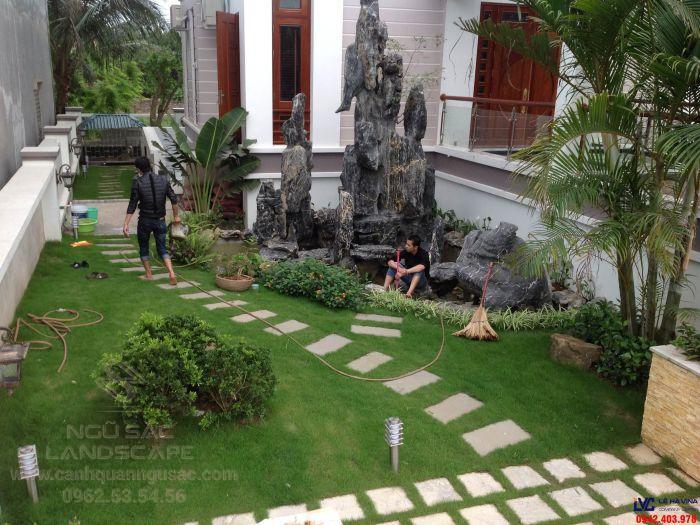 Sân vườn biệt thự đẹp với các tiểu cảnh và thảm cỏ