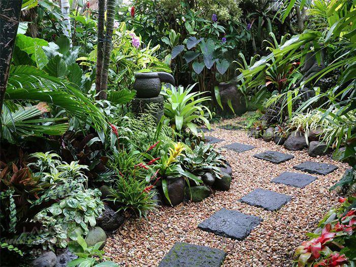 Lối đi sân vườn nhiệt đới được lát gạch, sỏi